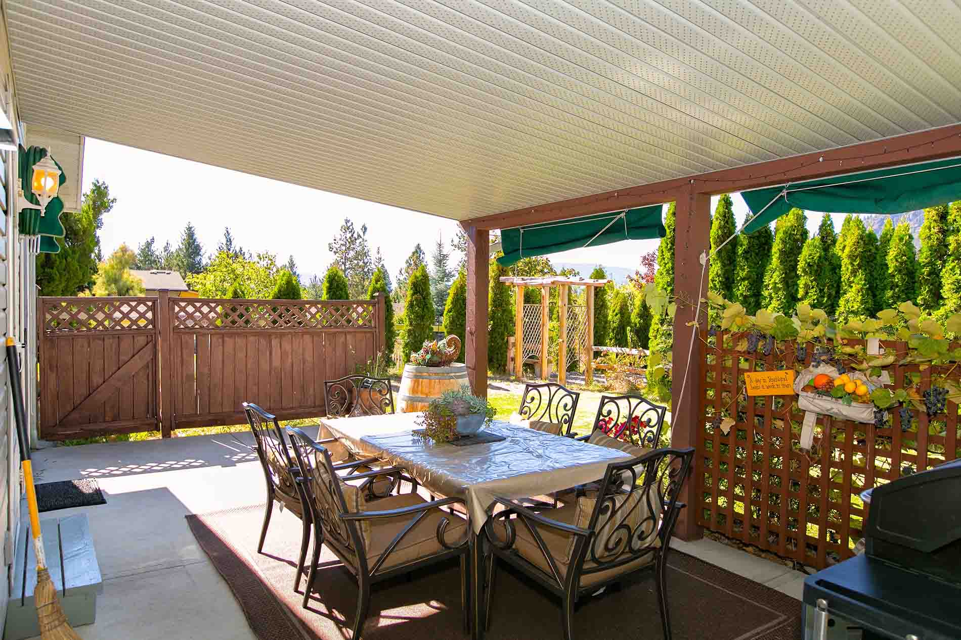 Patio 2 Bedroom Vacation Accommodation With Pool Peachland