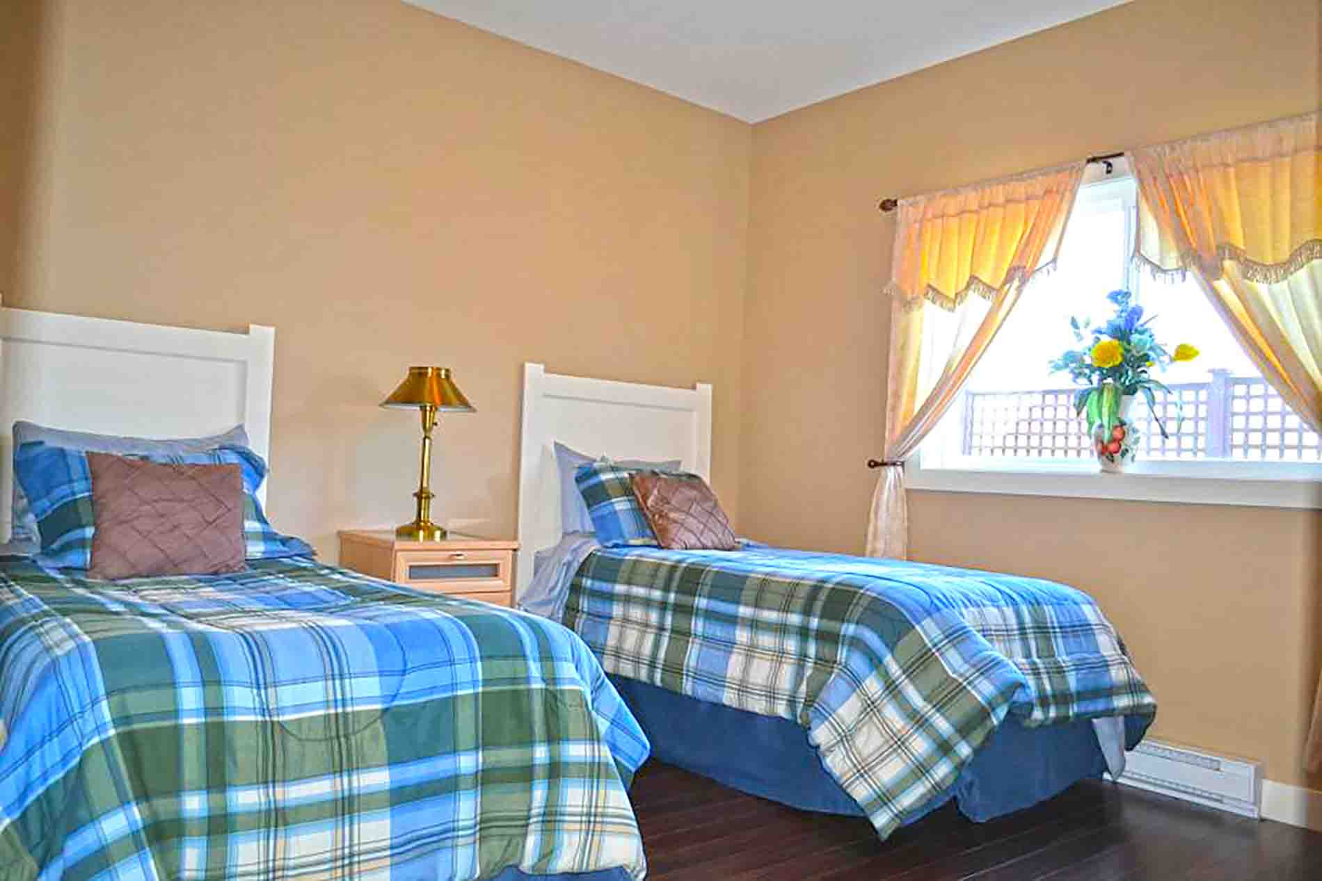 Twin Beds Family Bb With Pool Okanagan